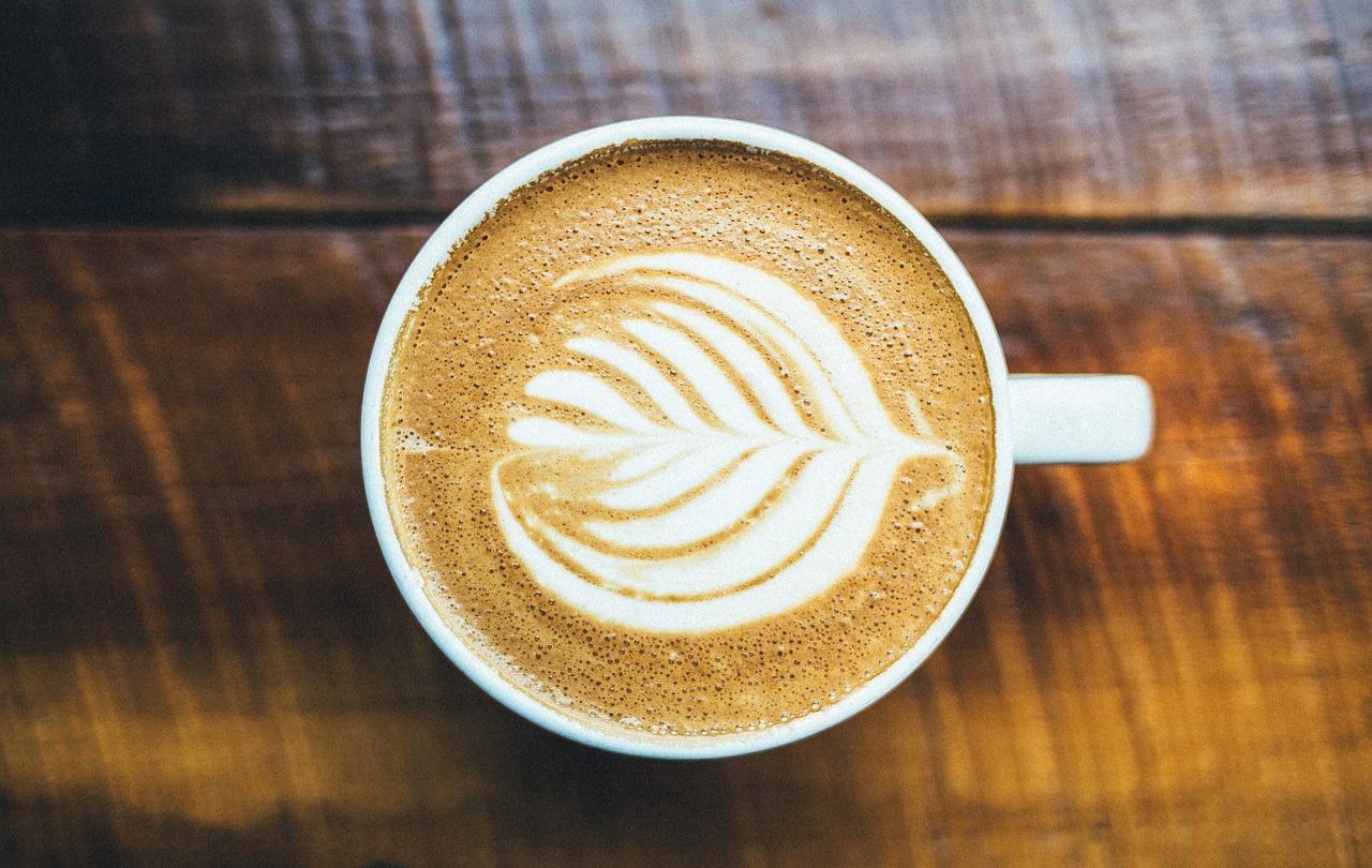 Cappuchino mit Muster im Kaffee